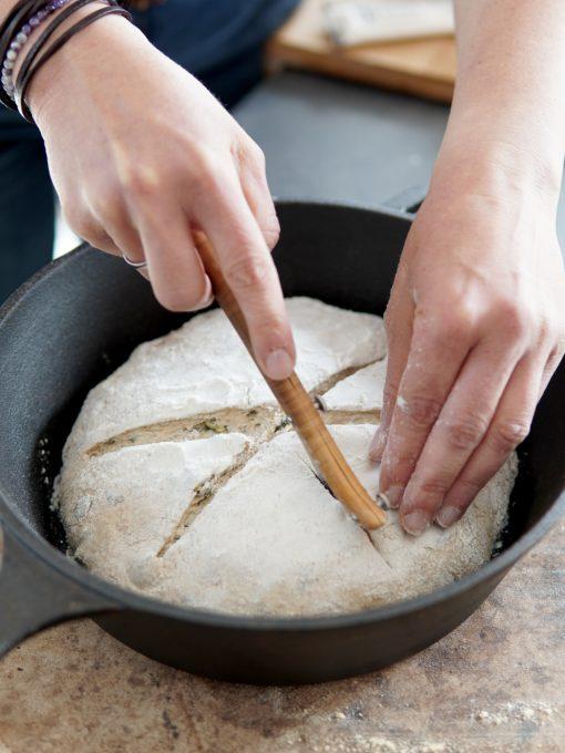 Brot einschneiden
