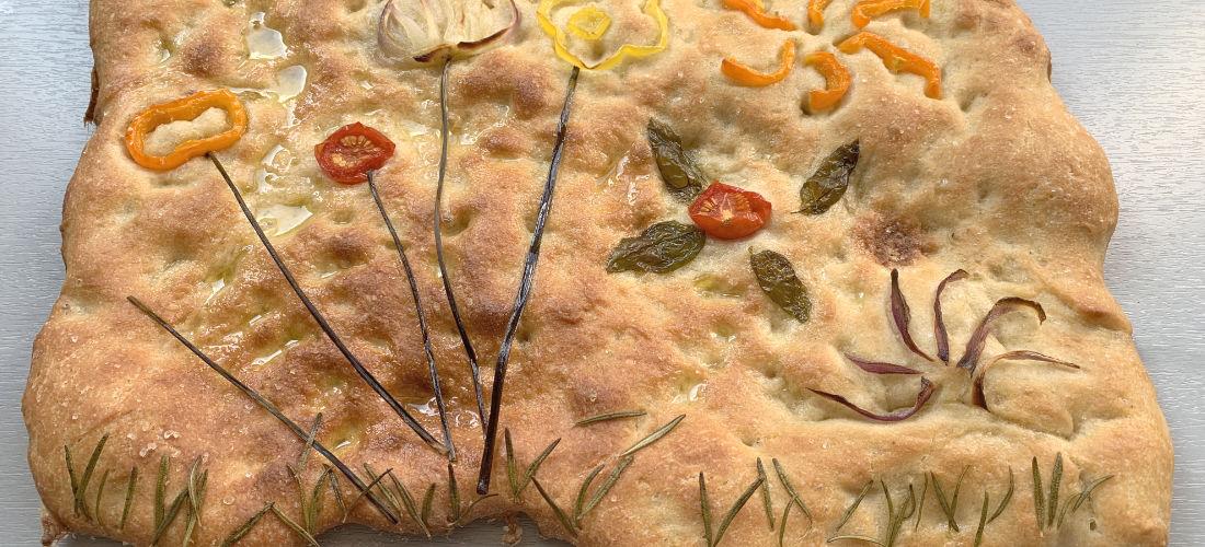 Focaccia mit Gemüse und Kräutern