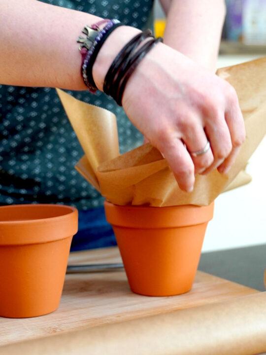 Blumentopf mit Backpapier auslegen