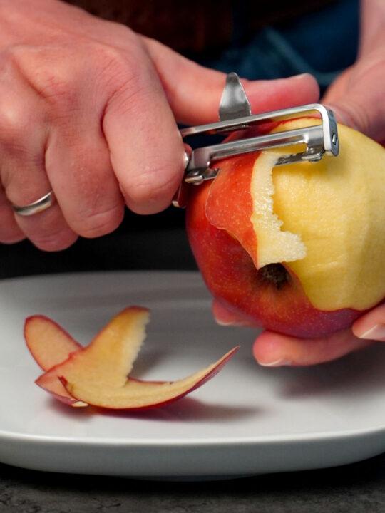 Apfel schälen